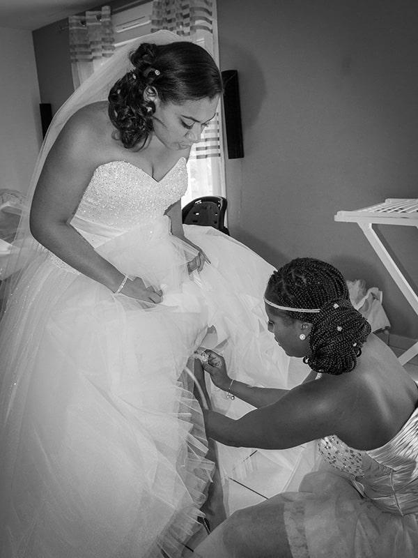 la mise en place de la porte jarretelle de la mariée