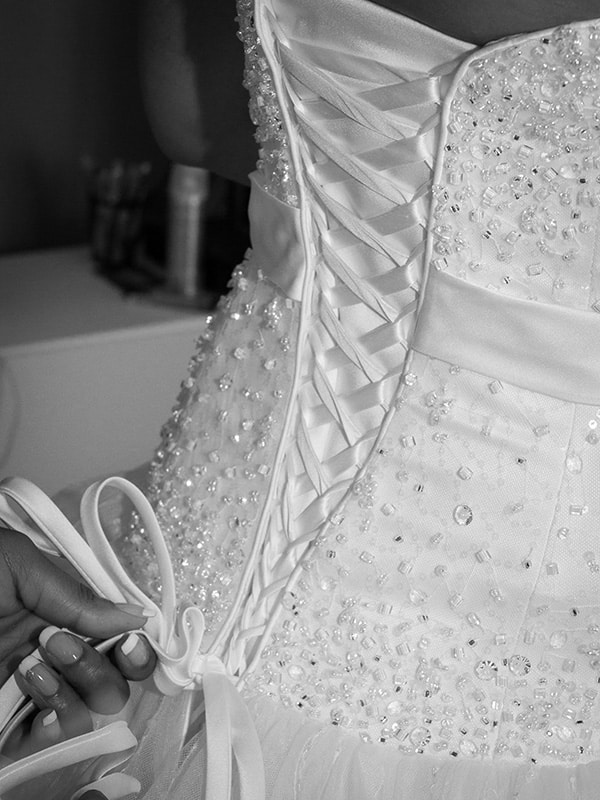 le dos du corset d'une mariée