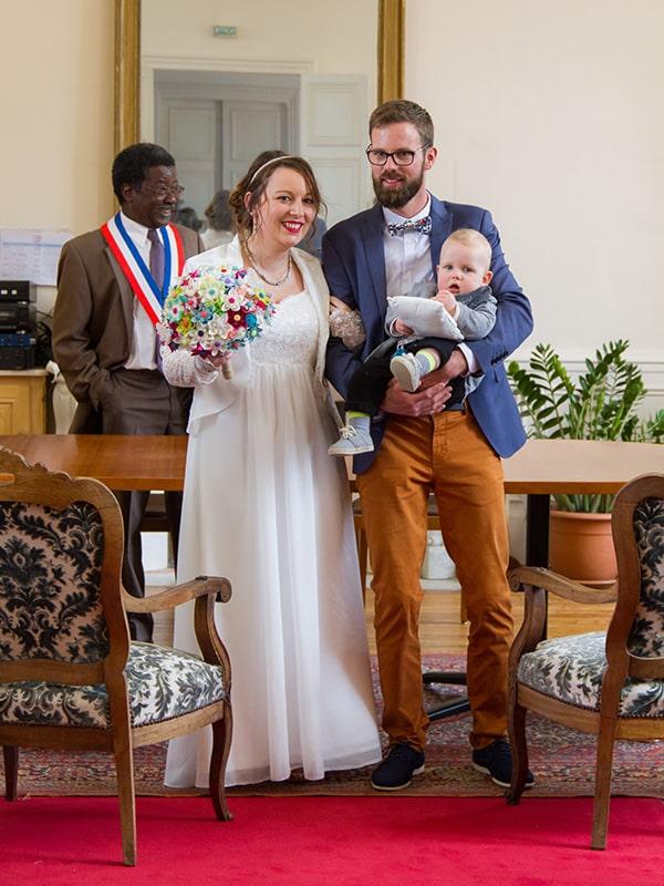 portrait couple se mariant à la mairie