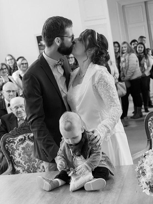 portrait deux mariés qui s'embrasse à la mairie
