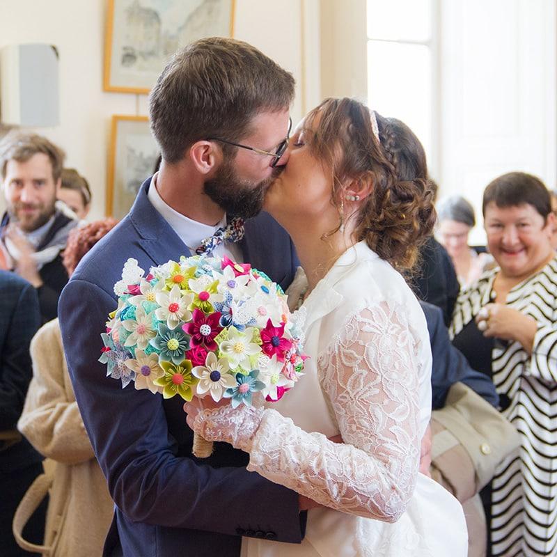 un couple de marié qui s'embrasse à la mairie