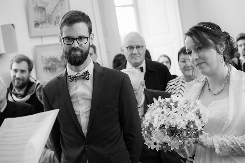 deux mariés devant le maire