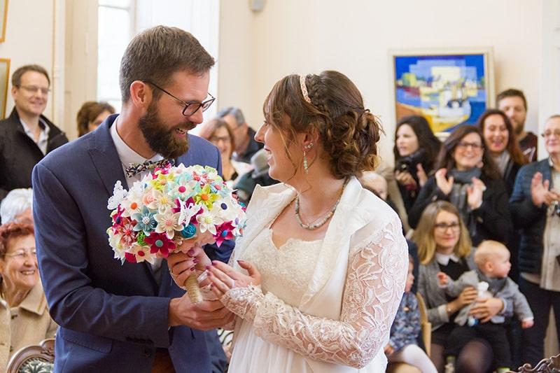 des mariés se disant oui à la mairie