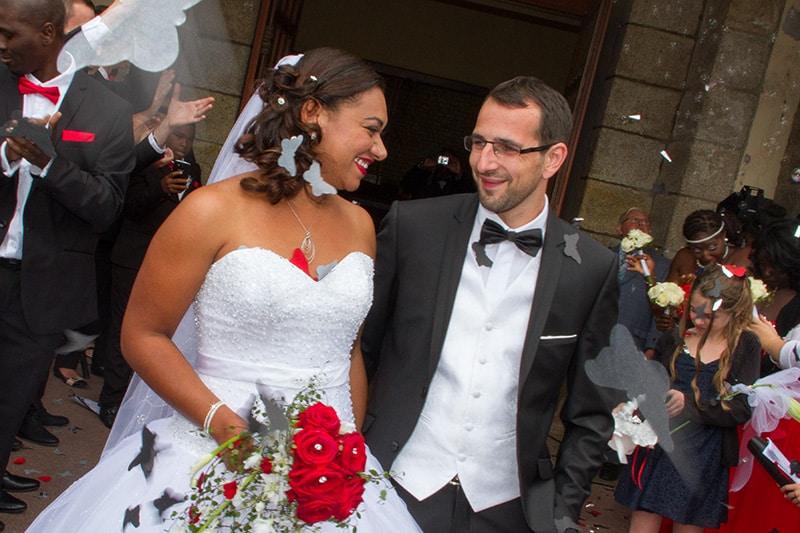 sortie des mariés avec lancé de confettis