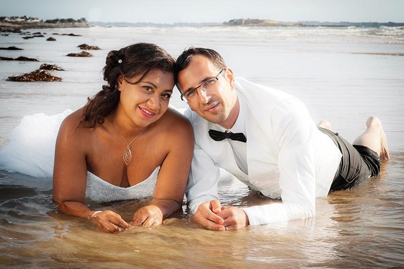 photo de couple de mariage allonger au bord de l