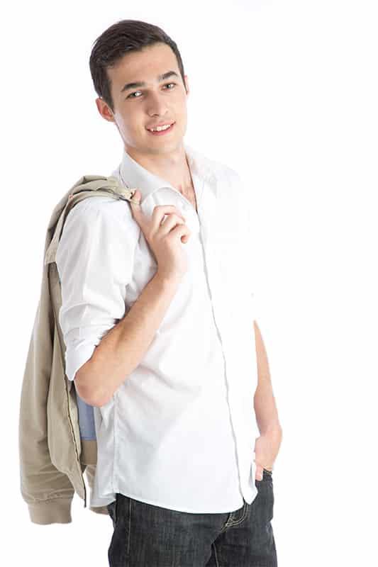 portrait jeune homme debout en chemise blanche sur fond blanc