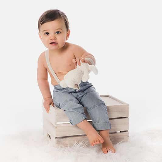 portrait d'un petit garçon sur caisse en bois