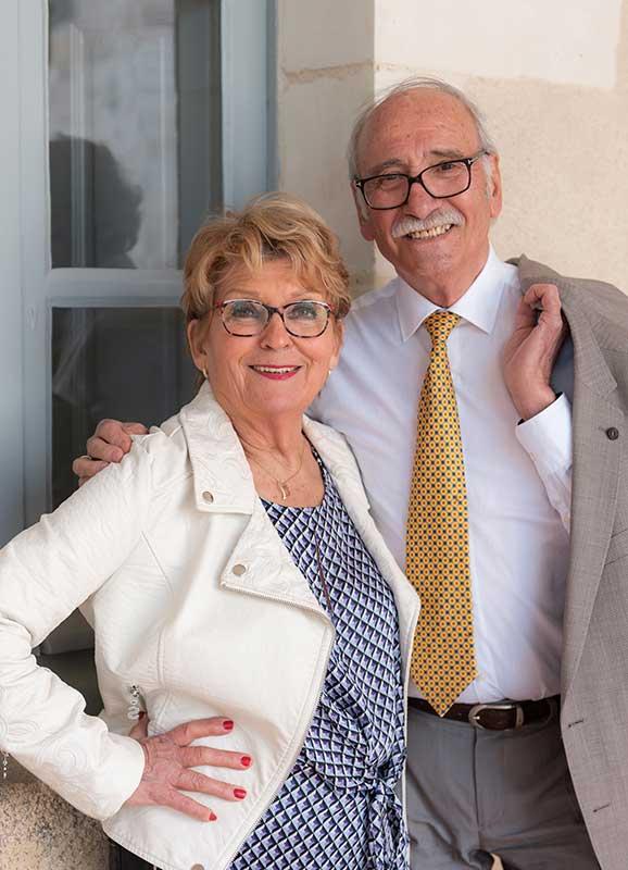 couple en extérieur à Clisson Garenne Valentin, couple souriant femme main sur hanche et homme main sur épaule de sa femme amoureux